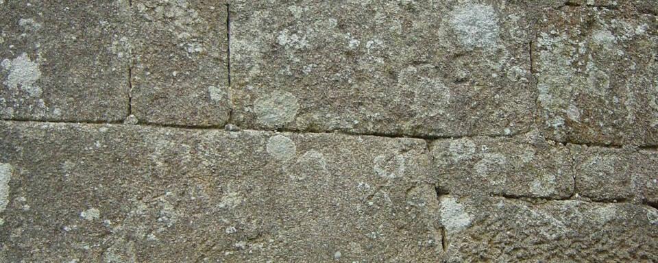 Murs en pierres granitiques de taille