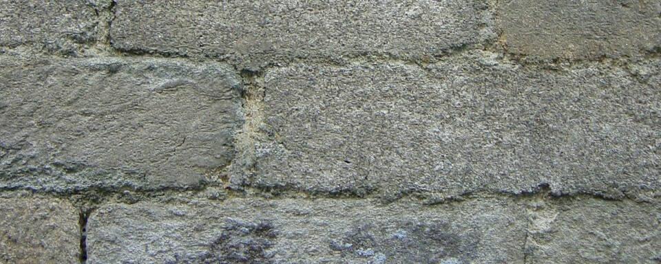 Murs en pierre de tailles et moëllons granitiques