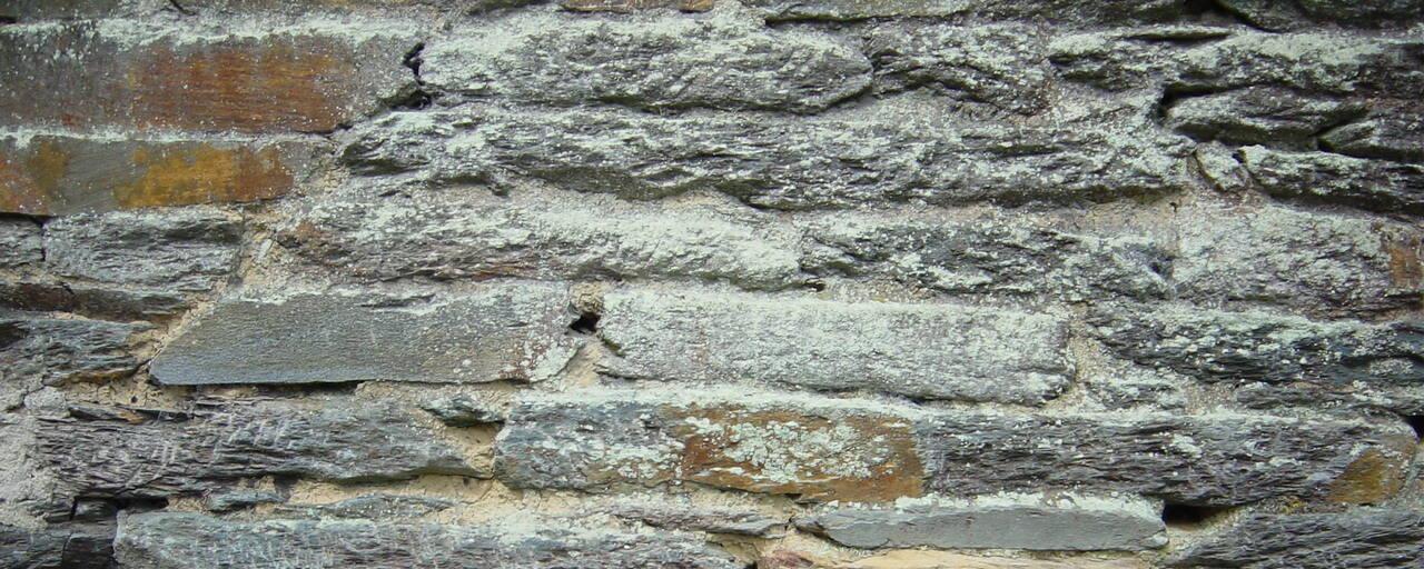 Murs en pierres de schiste, encadrements en granite taillé