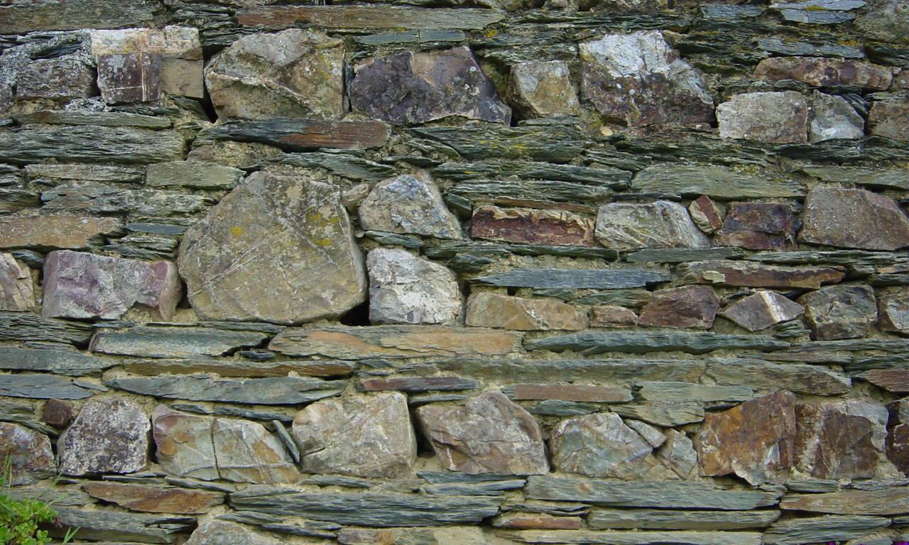 Murs en pierre de schiste et grès
