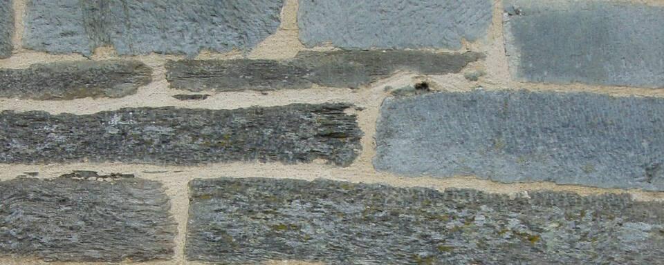 Murs en pierres de schiste et grès
