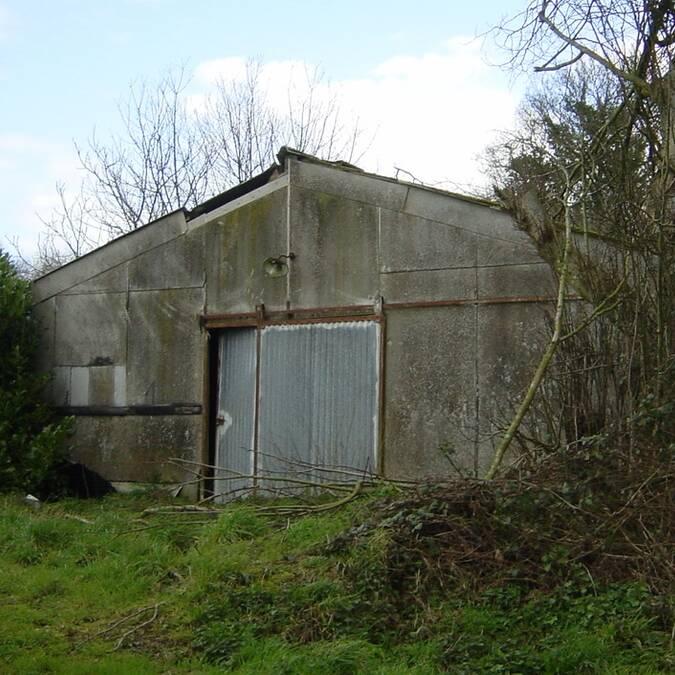 Des bâtiments d'élevage hors-sol abandonnés